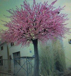 Искусственное дерево больших размеров.