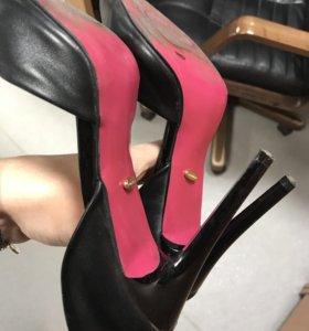 Туфли с розовой подошвой