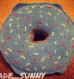 Вязаная подушка-пончик