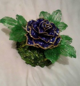 Синяя роза на подставке из бисера