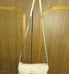 Бежевая сумочка на ремешке
