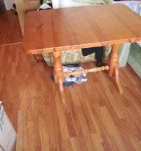 Деревянный кухонный стол.