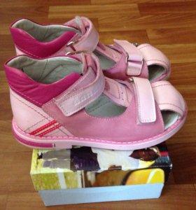 Новые кожаные сандалики 30 размер