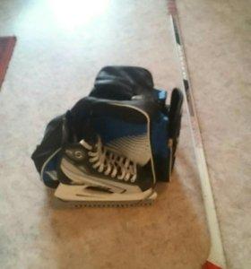 Коньки хоккейные, клюшка, сумка.