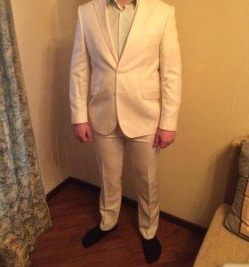 Мужской костюм кремового цвета