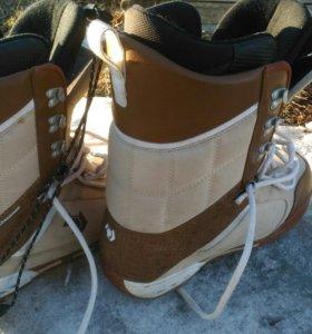 Ботинки от сноуборда.
