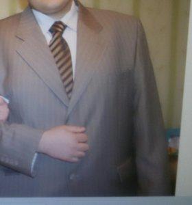 Костюм +подарок шелковую рубашку и галстук.