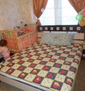 Кровать с матрацем и 2 прикроватные тумбочки