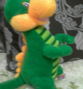 Плюшевый дракон, поёт