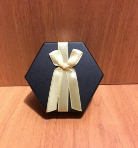 Набор серёжек в подарочной упаковке.