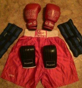 Боксёрские перчатки 2 пары.