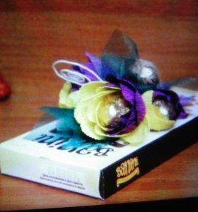 Десерт украшенный конфетными цветами