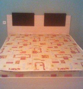 Кровать продаю срочно с матрасом