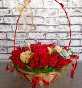 Корзинка роз с конфетками . 33 шт