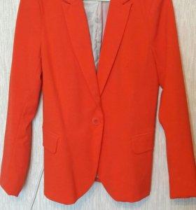 Яркий красивый пиджак кораллового цвета