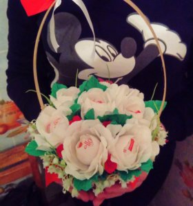 Корзинка с цветами из конфет Rafaello