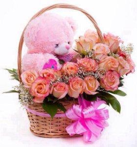 Корзина с живыми цветами и игрушкой