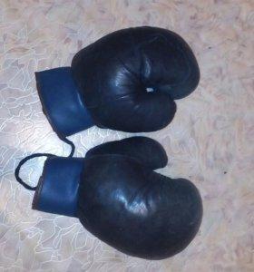 Перчатки для занятий боксом.