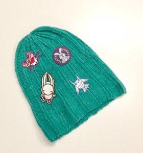 Стильная шапка с нашивками