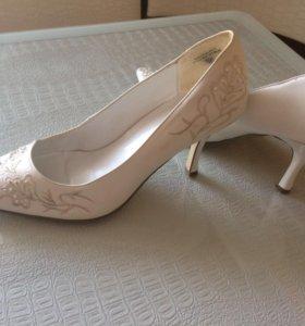 Продаю туфли , одевала один раз.