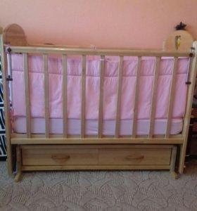 Продам кроватку с матрасиком и бортиками.