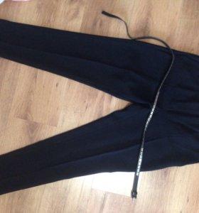 Женские брюки, черного цвета, зауженные внизу
