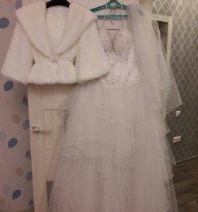 Свадебное платье, кольца, фата, шубка