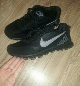 Мужские кроссовки 40