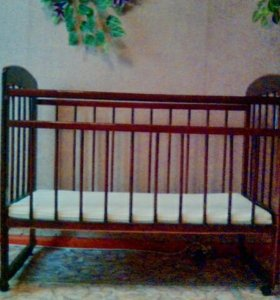 Кроватка и матрац.