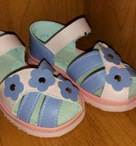 Отличные новые сандалики