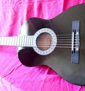 Черная классическая гитара