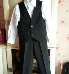 Брюки,желетка и две рубашки на мальчика 4-5лет.