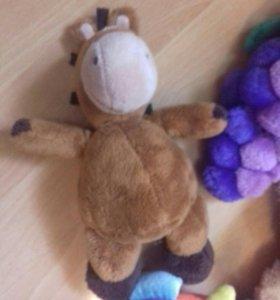 Мягкие игрушки: лошадка, виноград, черепашка и кот