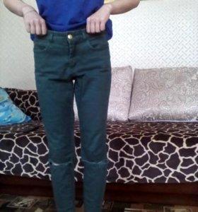 Джинсы с рваными коленями