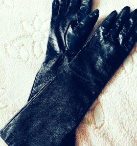 Перчатки из лаковой кожи