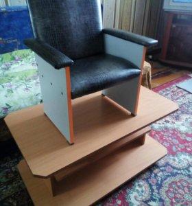 Детский стульчик мягкий и столик на колёсиках