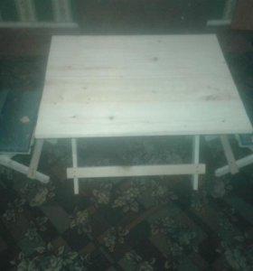 Складной стол и два табурета