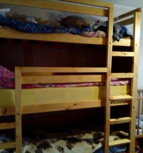 Трехярусная кровать с двумя матрасами новыми