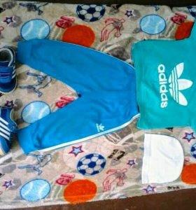 Пакет одежды и кроссовки