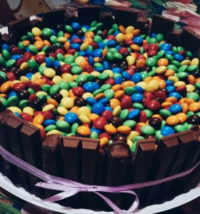 Торт с ммдэймс и киткатом