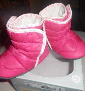 Теплые сапожки для малышки Robeez