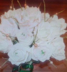Конфетный букет белых роз