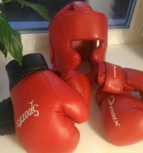 Перчатки боксерские и шлем.