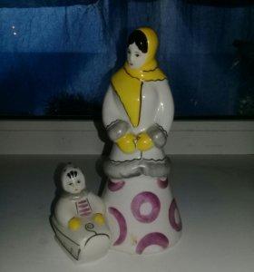 Фарфоровая статуэтка Зима Гжель (дама с ребёнком)