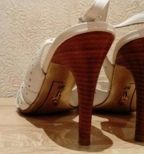 Туфли белые кожаные Laura Berti