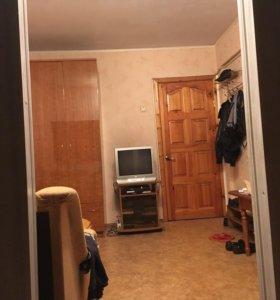 В трёх комнатной квартире сдам одну комнату район