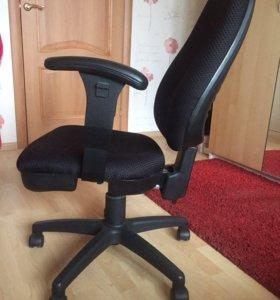 Чёрный офисный стул