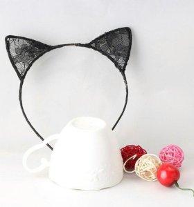 Карнавальные ажурные ушки кошки на обложке.