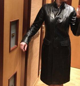 Пальто из лаковой кожи