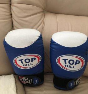 Боксёрские перчатки Top Hill и шлем Green Hill